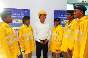 Dr Fixit presented 5000 raincoats to the Mumbai Police1