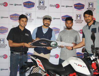Actor Kaushal Manda gives Benelli bike to Avinash Israel - Ravi patel - Ravi Jhabak of Smaaash and Mahavir Motors