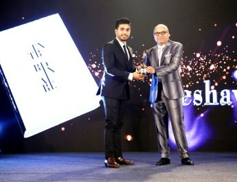 Keshav Bansal receiving Extraordianaire award by Sharad Maheshwari - Chairman SM Group
