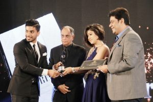 Keshav Bansal receiving Extraordianaire award by Sunidhi Chauhan
