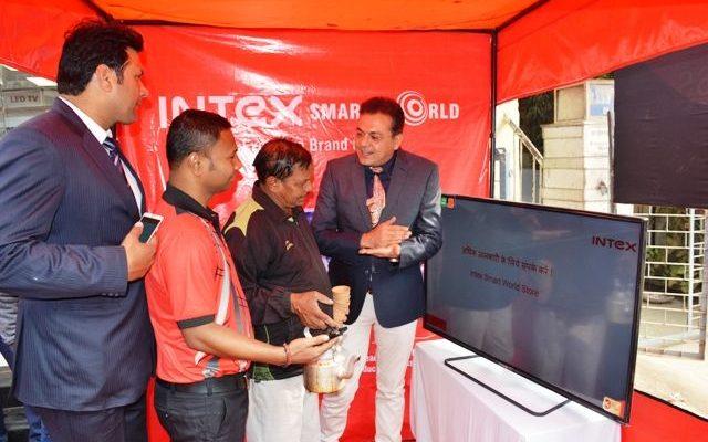 Vishal Malik - Head - Retail Intex teaching a Tea stall owner