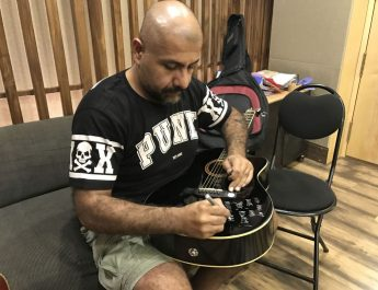 Vishal Dadlani signing his guitar for donation for Music for a Cause