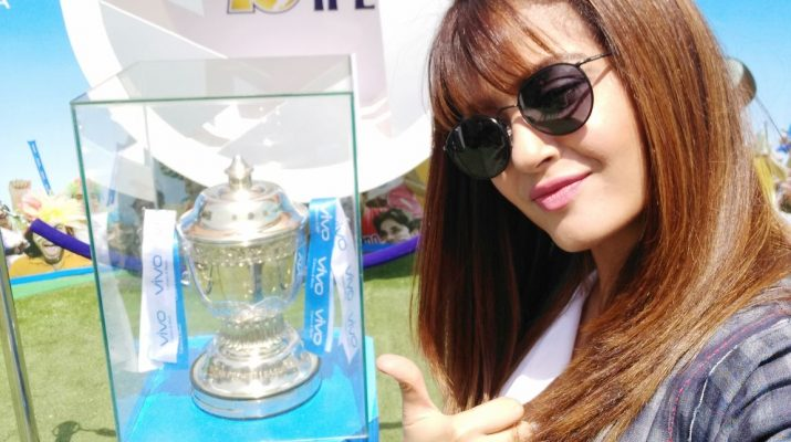 Actress Surveen Chawla clicks a selfie with the VIVOIPL trophy