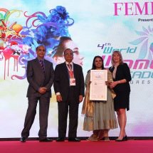 "Gunjan Aggarwal of Esquared lifts the 2017 award of ""4thWorld Women Leadership"" by WORLD HRD CONGRESS& FEMINA"