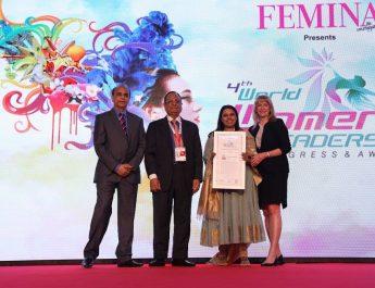 Gunjan Aggarwal of Esquared lifts the 2017 award of 4thWorld Women Leadership - WORLD HRD CONGRESS and FEMINA