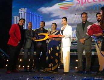 Fans gather at Spectrum Metro Mall to meet Malaika Arora 3
