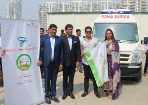 Roop Bansal - Basant Bansal - Pankaj Bansal and Payal Kanodia flagging off the ambulance