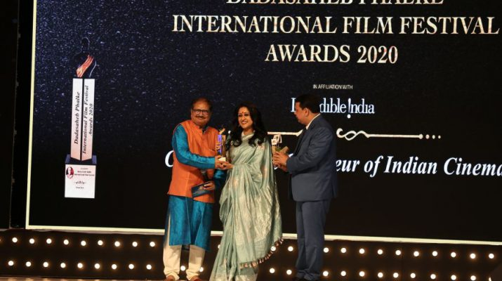 RED FMs COO and Director Ms Nisha Narayanan receives award in the entertainment category at DIFF Awards 2020