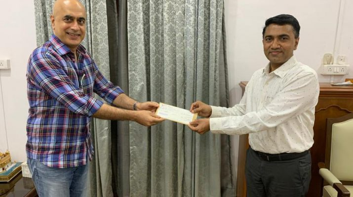 Anil Malani - Group President-Operations handing over the cheque to the CM of Goa Doctor Pramod Sawant