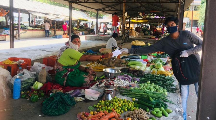 Student - Hrutvik Rajhans distributes masks to vegetable vendors